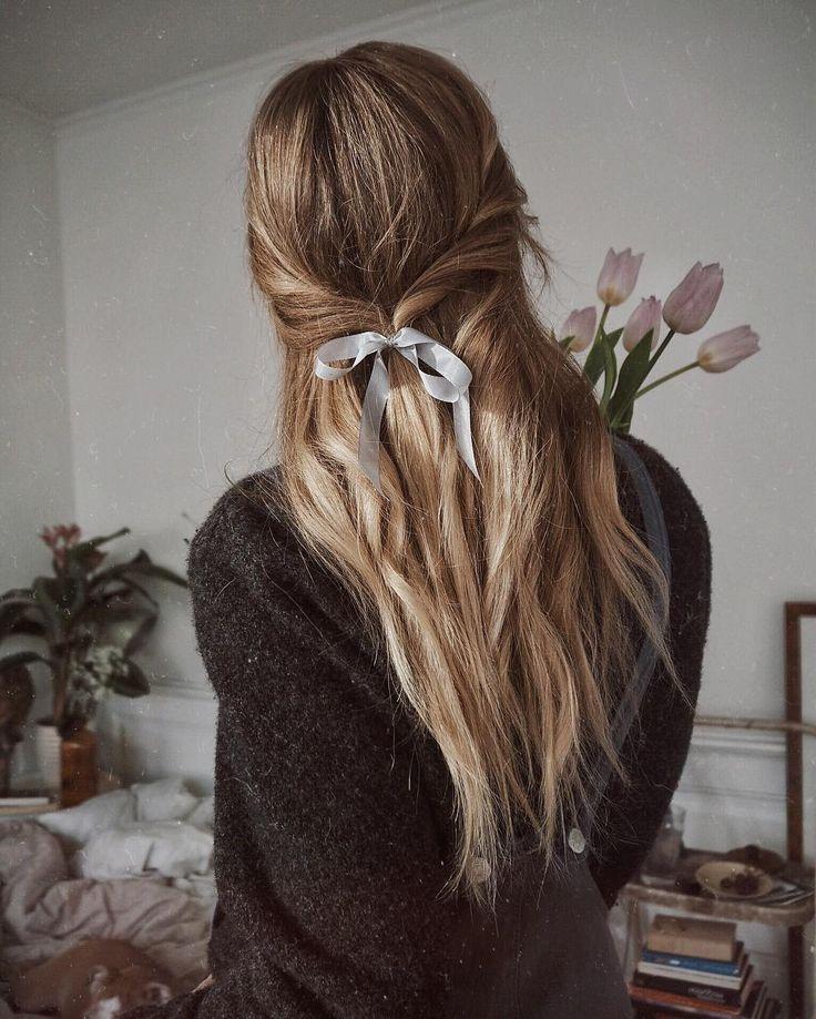 Coiffures avec des rubans et nœuds dans les cheveux