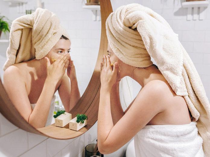 enlever les taches brunes du visage naturellement