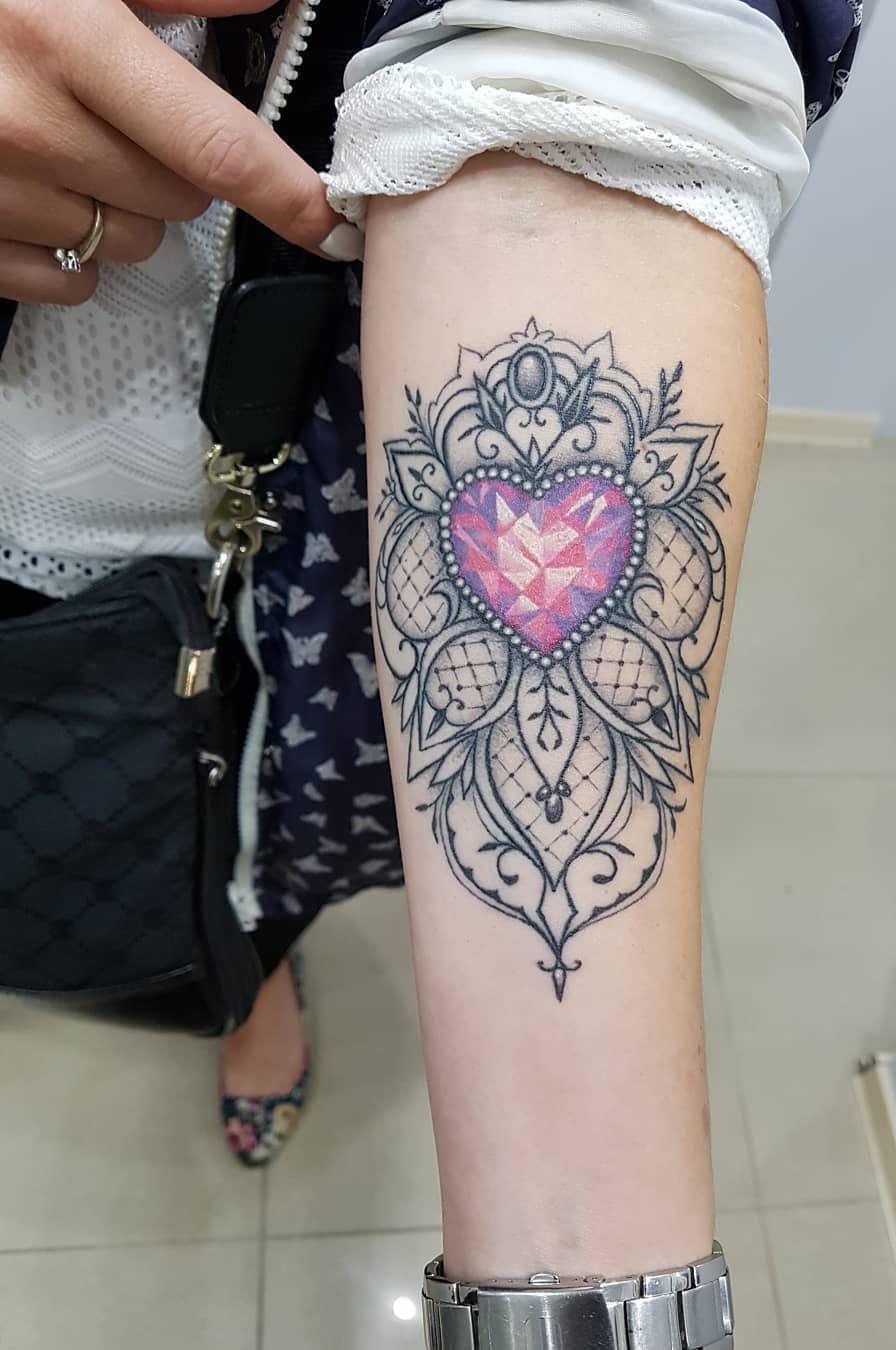Tatouage avant-bras femme bijou