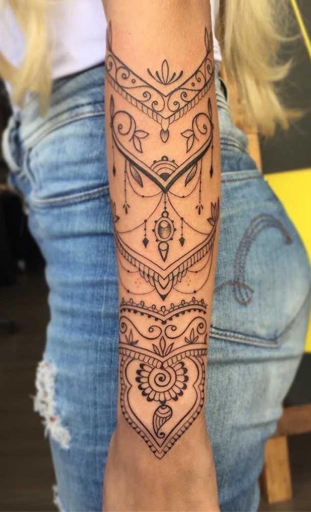 Tatouage avant-bras femme dentelle