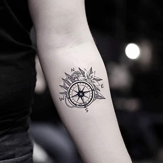 Tatouage avant-bras femme rose des vents
