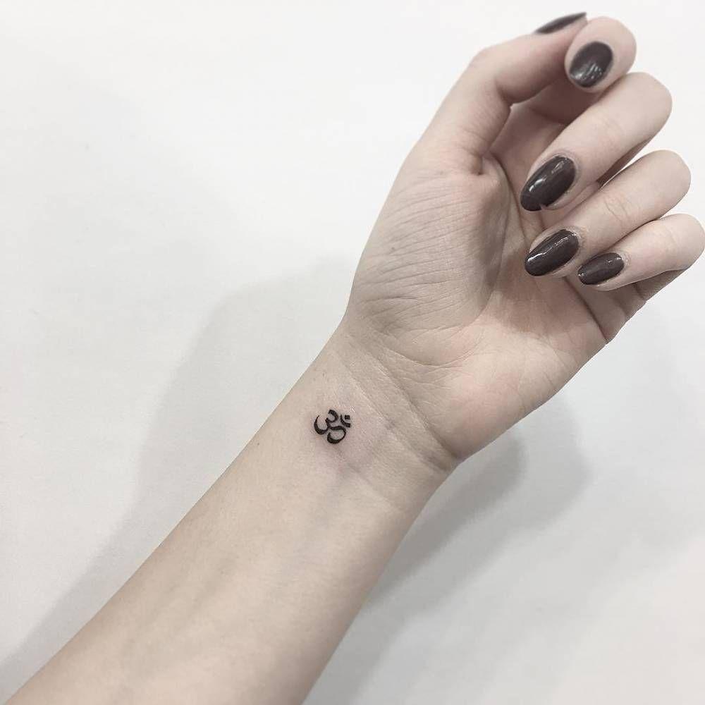petit tatouage minimaliste ohm